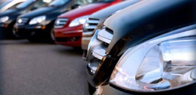 serie di macchine parcheggiate l'une accanto alle altre, visuale laterale destra  ravvicinata del paraurti anteriore
