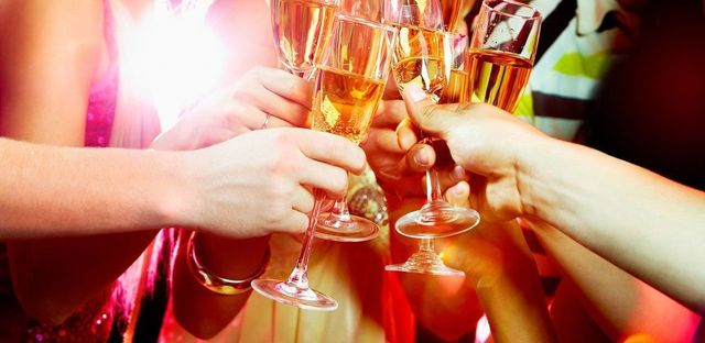 delle mani con dei bicchieri di vino che stanno brindando