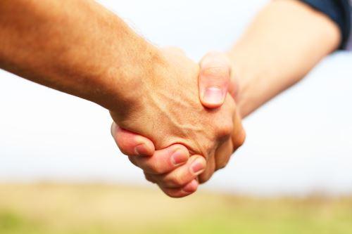 una stretta di mano tra uomini