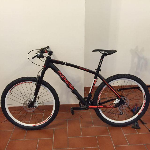 mountain bike nera e rossa