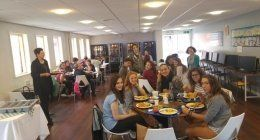 Classe pratica di lingua in mensa della scuola
