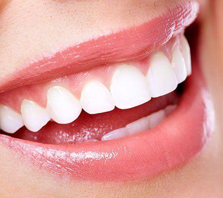 Primo piano di una bocca femminile sorridente