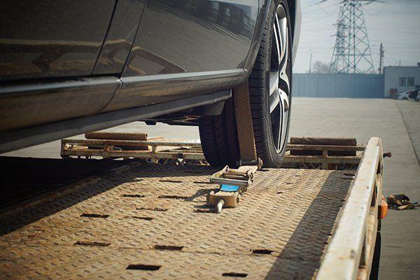autovettura su ponte sollevatore