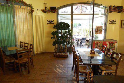 tavoli all'interno di un ristorante