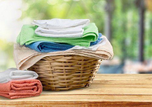 un cesto con degli asciugamani piegati