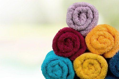 degli asciugamani colorati arrotolati