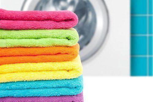 degli asciugamani piegati dai colori accesi