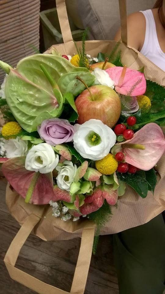 Composizione fiori e frutta
