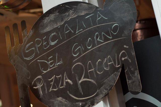 Originale cartello che sta  promuovendo la pizza del giorno