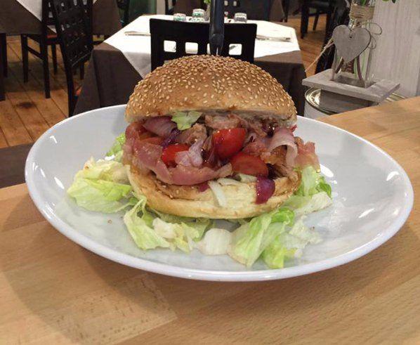 delizioso hamburger con mortadella IGP a quello con speck Valtellina