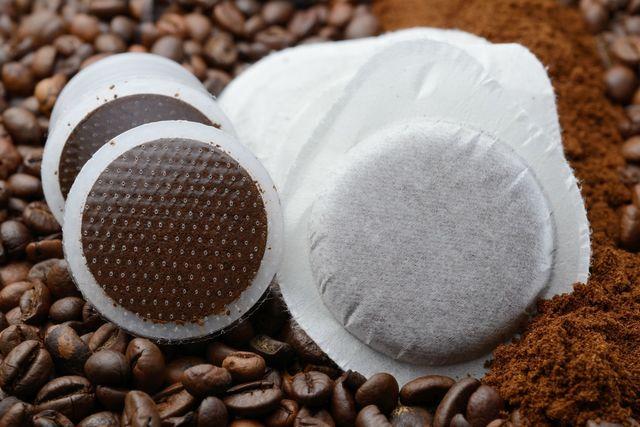 delle confezioni di cialde e capsule di caffè'