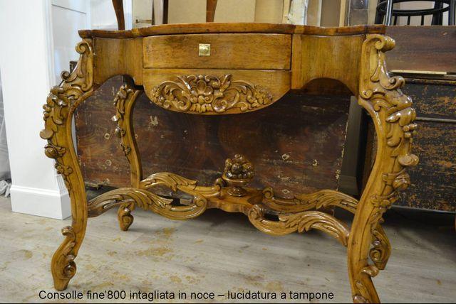 restauratore con una tuta bianca al lavoro su un coro ligneo del XVIII secolo