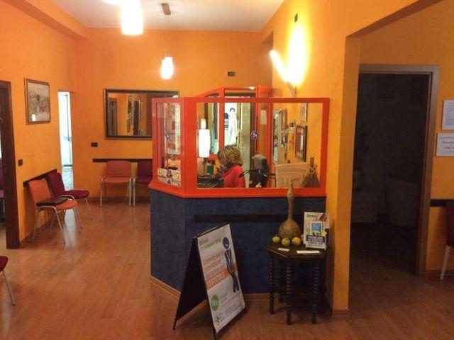 sala d'attesa con segretaria alla reception