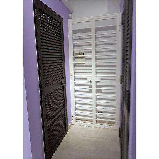 Stanza con diverse porte con infissi, di colore bianco e marrore scuro