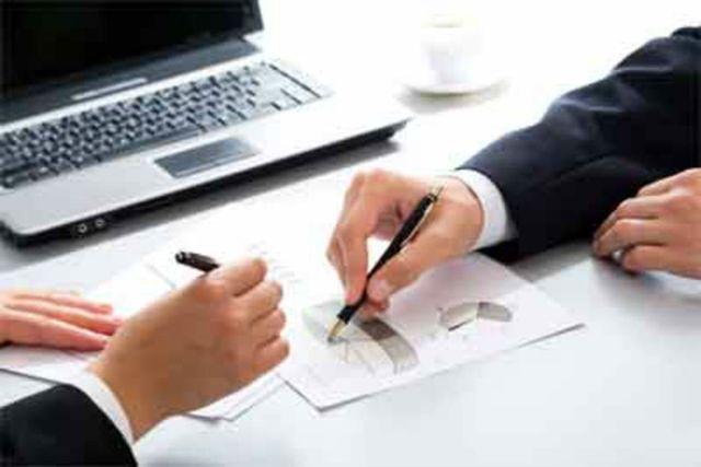 I partner commerciali mettono in mano i documenti che li discutono