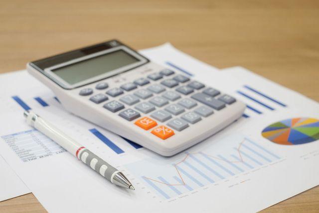 una calcolatrice, una penna e dei fogli