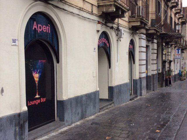 Entrata del locale aperi' lounge bar, vista dalla strada ,civico 552 a Catania, CT