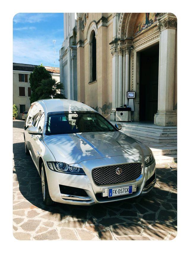 carro funebre Maserati di fronte alla chiesa