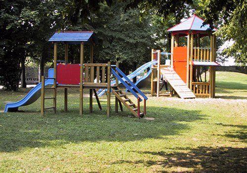 un prato con un parco giochi per bambini