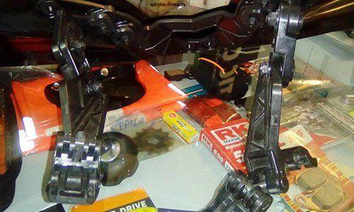 vista ravvicinata di alcuni ricambi in acciaio di un quad