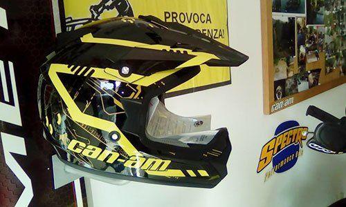 un casco giallo e nero a marchio can-am