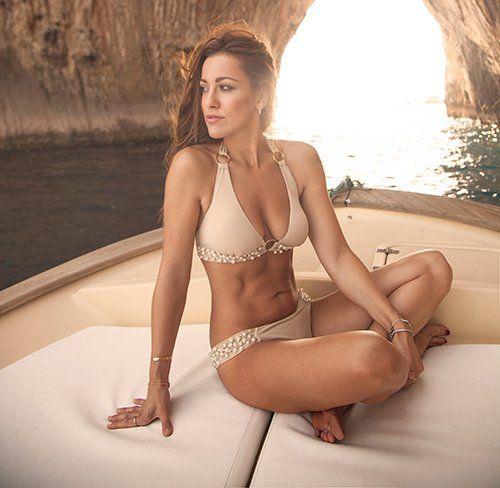 modella in costume da bagno in barca