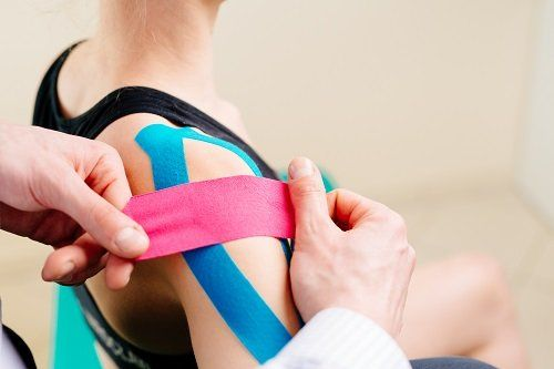 bendaggio adesivo sulla spalla