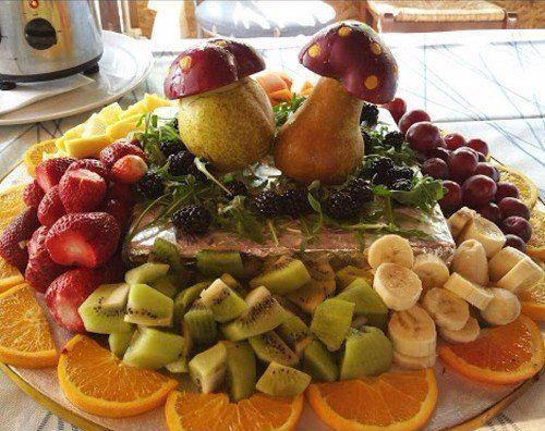 delle fragole,fette di kiwi,banana, more, fette di arancia e uva rossa