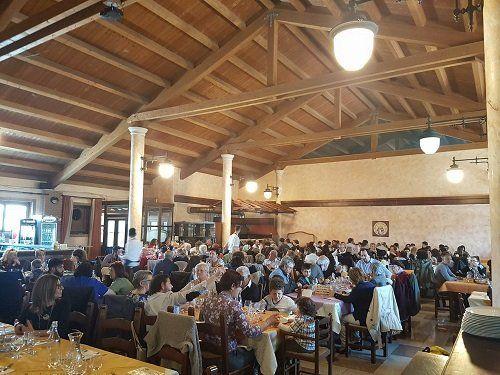 interno del ristorante con le persone ai tavoli