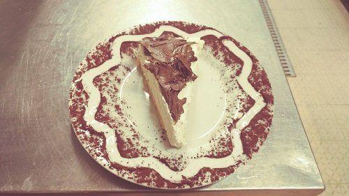una fetta di torta alla panna e cioccolato