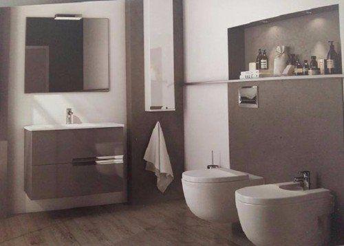 Foto in color seppia di un bagno moderno con il pavimento in legno e l'attrezzatura di progettazione