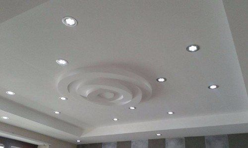 Un tetto con luci di leds e progettazione di circoli nel centro