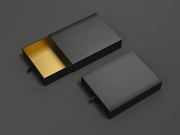 Piccole casse di cartone nere e dorate dentro, perfette per regali speciali