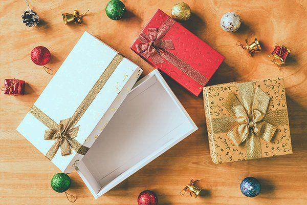 Piccole casse di cartone blancas,rosse,orate,con laccio incorporato e perfette per regali natalizi