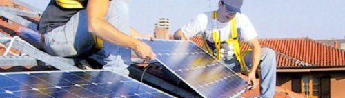 degli operai che montano dei pannelli solari