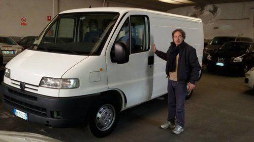Uomo con il furgone