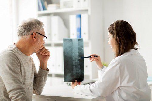 Dottoressa spiegando la radiografia a un paziente