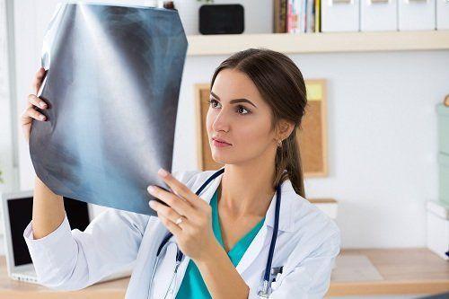 Guardando una radiografia