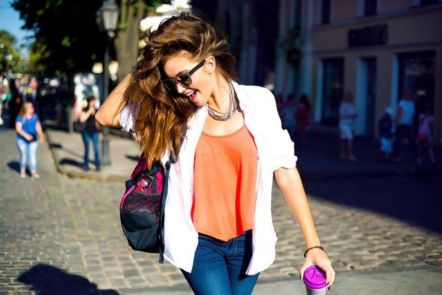modella  in posa su uno sfondo rosa