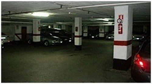 Automobili parcheggiate in parcheggio coperto custodito
