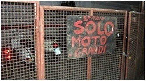 Cartello affisso su ringhiera - Spazio Solo Moto Grandi