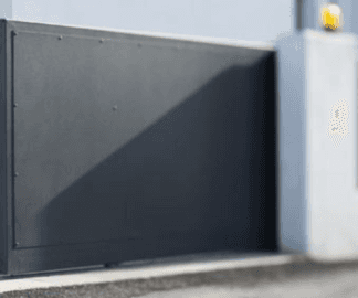 cancello nero di un impianto di automazione