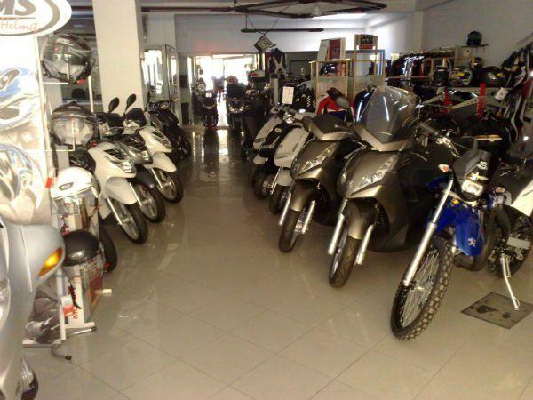 delle moto e dei caschi in un negozio