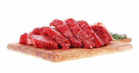 Fette fresche di bistecca di carne di manzo crudo