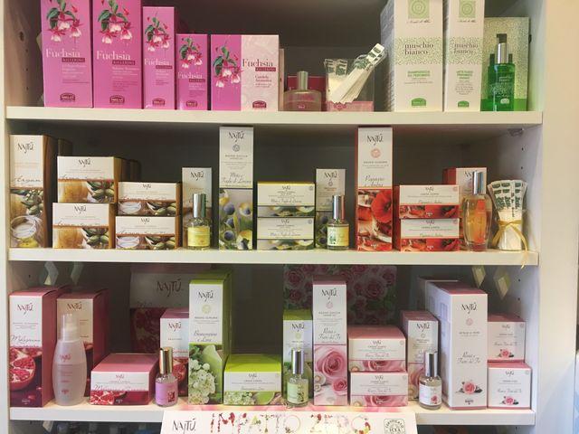 Bottiglie con prodotti per la cura del corpo dal sapone fino al olio corporea