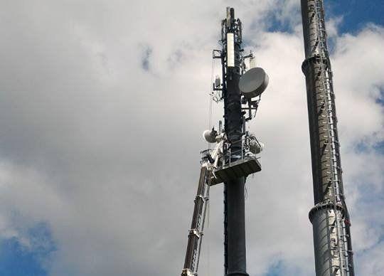 una gru elevata fino alla cima di un'antenna