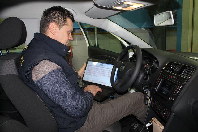 meccanico controlla elettronica dell'auto