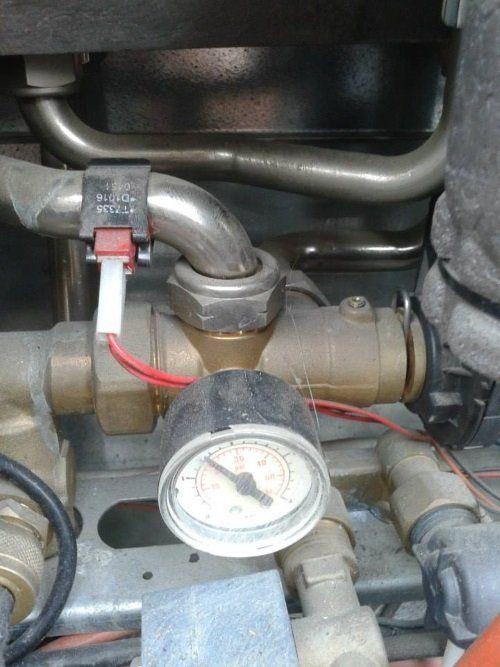 dei tubi con un pressurizzatore