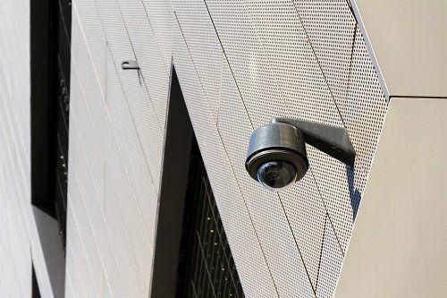 telecamera di sorveglianaza a muro per esterno