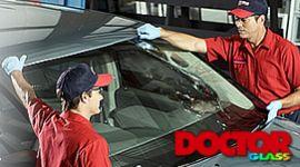 installazione parabrezza nuovo su auto, due installatori Doctor Glass, logo Doctor Glass